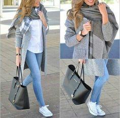 Zapatillas y abrigo jaspeado. Vaquero claro y camiseta blanca ancha o jersey gris. Bolso gris, negro o blanco.
