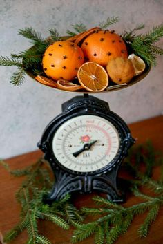 Mix studded oranges with dried orange slices, and greens. Add some cinnamon sticks too. Victorian Christmas, Primitive Christmas, Country Christmas, Christmas Home, Vintage Christmas, Christmas Holidays, Christmas Oranges, Christmas Ideas, Xmas