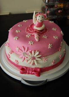 Great Angelina Ballerina birthday cake ideas for your little princesses birthday party! Angelina Ballerina is delightful, caring and pretty. Angelina Ballerina, Ballerina Cakes, Ballerina Birthday, Kid Desserts, Party Desserts, Bow Cakes, Cupcake Cakes, Cupcakes, Birthday Parties