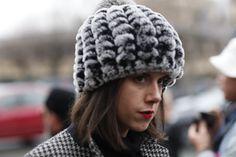 Streetstyle: acessórios statement roubam a cena durante a couture em Paris - Vogue | Streetstyle