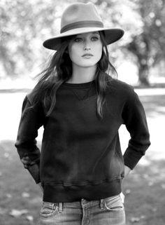 Fedora + sweat-shirt court noir = le bon mix (chapeau Pen Mayne of London)