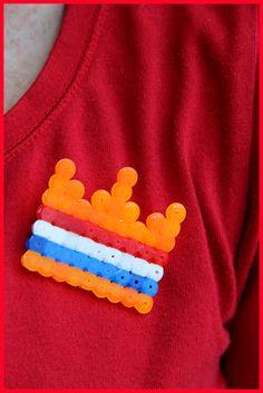 Hebben jullie nog strijkkralen in huis? Maak er een leuke broche/speld van voor #Koningsdag! #DIY