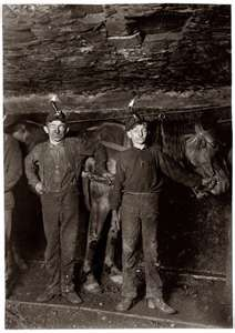 Typical Fayette County, West Virginia coal mine My granddad Fray worked in the mines when they used horses & mules. Appalachian People, Appalachian Mountains, Virginia Hill, Fotografia Social, Fayette County, Coal Miners, Vintage Photographs, Historical Photos, American History