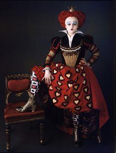 Vestuario de película: Alicia en el País de las Maravillas de Tim Burton. Reina de Corazones detalle de los puños brocados y del corazón negro en cuero que tiene en la punta de los botines ,El corpiño con aplicaciones de joyas y filigranas en oro combinando rubíes y perlas
