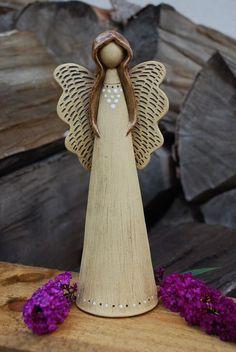 Keramický anděl Keramický andílek ze šamotové hlíny, patinován burelem, dozdoben glazurou. Výška cca 25 cm. Ručně modelován.: