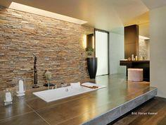 homegate - 8126 Zumikon  Das freistehende, topmoderne Haus fasziniert mit seinen schlichten Formen und eleganten Linien, den aussergewöhnlichen räumlichen Dimensionen und dem untrüglichen Gespür für gutes Design. Der gut besonnte Wohn-/Essbereich mit gigantischen Ausmassen, raumhohen Fenstern und nach oben offenem Atrium besticht durch seine Ästhetik. Das äusserst grosszügig dimensionierte Schlafzimmer mit angrenzendem, offenem Bereich für die beiden Bäder lässt die Betrachter sprachlos…