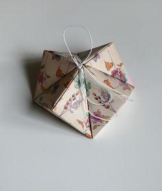 Dárková+krabička+květinky+Velikost+krabičky+je+15+cm+x+8+cm.+Krabička+je+vyrobena+z+pevného+kartonu+s+krásným+motivem+kytiček.+Do+krabičky+můžete+zabalit+např.+peníze,+šperk+nebo+jiný+malý+dáreček.
