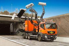 トンネル、どうやって掃除するのかと思ったら、「トンネル清掃車」というトラックがあるそうですね。自在型アームの先端の回転ブラシで水...
