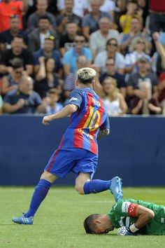 Barcelona's Argentinian forward Lionel Messi celebates after scoring the opener during the Spanish league football match CD Leganes CF vs FC Barcelona at the Butarque municipal stadium in Leganes on September 17, 2016. / AFP / PEDRO ARMESTRE