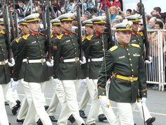 Uniforme de gala de cadetes y oficiales de la Escuela de Oficiales de la Gendarmeria Nacional de Argentina / Argentine National Gendarmerie Officers' School cadets and officers' dress uniform.