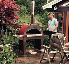 Pizza pec 4 PIZZE na drevo je koncipovaná pre záhrady a rodiny. Unikátny dizajn so vstavanými bočnými policami a držiakom na náradie. Veľké rozmery a otvor sú ideálne na pečenie 4 pízz už za 90 sekúnd a 4 kg chleba pri každom naložení pece. #gardenoven #garden #oven #pizzaoven #pec #pizzapec #summer #zahrada #zahradnapec #alfa1977 #woodoven #fire #oven #gastronomy Alfa Alfa, Ovens, Grilling, Pizza, Gardening, Bread, Outdoor Decor, Food, Home Decor