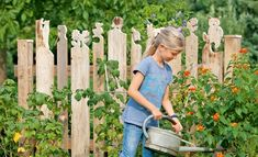 Wood Fence Styles Ideas [Best of Wood Fence Designs] Herb Garden Pallet, Diy Herb Garden, Pallets Garden, Garden Fencing, Garden Art, Fence Design, Garden Design, Potager Palettes, Hydrangea Care