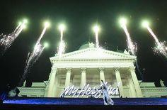 Hyvää Itsenäisyyspäivää Suomi! Happy Independence Day Finland! ❤️ Yesterday was a fairytale! Over 10 000 people came for my home coming yesterday😍😭 Thank you EVERYBODY who worked for that special night and thank you ALL for coming!! Eilinen oli jotenkin täydellinen esimerkki siitä, miten suomalaiset handlaa tilanteen ku tilanteen. Koko mun eilinen päivä oli kasattu kokoon ihan järkyttävän nopeasti ja hirveä määrä ihmisiä teki pari vuorokautta täysillä töitä, että saivat eilisen aikaiseksi…