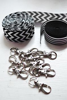 Super simple DIY lanyards tutorial that you can make in under 10 minutes! Sewing Hacks, Sewing Tutorials, Sewing Patterns, Cordon Porte Badge, Fabric Crafts, Sewing Crafts, Scrap Fabric, Tape Crafts, Lanyard Tutorial