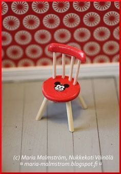 Dollhouse mini chair - image for inspiration Vitrine Miniature, Miniature Rooms, Miniature Kitchen, Miniature Houses, Miniature Furniture, Dollhouse Furniture, Dollhouse Design, Dollhouse Toys, Barbie Miniatures