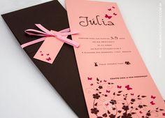 Convite para debutante marrom e rosa. Lindo convite de 15 anos impresso em papel rosa claro com impressão marrom e pink e envelope marrom combinando.