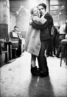 la photographie  ◙  by anders petersen . café lehmitz hamburg I967 70 (swedish b. solna I944) scène de vie réaliste bistrot solitude mélancolie authenticité