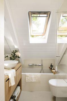 051 DSC6370. Pequeño baño abuhardillado con bañera bajo la ventana y mueble bajolavabo de madera_051 DSC6370