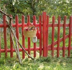 Lantligt rött staket