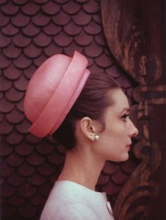 Audrey Hepburn wearing Givenchy, photographed by Bert Stern for Vogue, 1963 . Hubert de Givenchy and Audrey Hepburn – a match made in heaven. Similar ages, the French couturier and Iconic scr… Audrey Hepburn Outfit, Audrey Hepburn Hut, Divas, Rosa Hut, Love Vintage, Vintage Glam, Vintage Photos, I Believe In Pink, Breakfast At Tiffanys