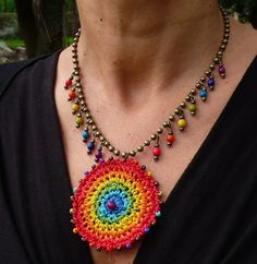 Pendentif RAINBOW GIPSY MANDALA crochet collier boho collier laiton ballon de chaîne collier bijoux ethniques arc-en-ciel mandala tribal au crochet