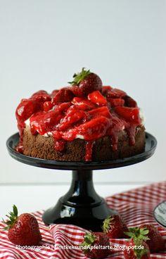 So eine Brownietorte mit Mascarpone und Erdbeeren ist schon ein echter Hingucker und perfekt für den Sonntagskaffee, oder?