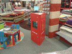Propozycja dla dzieci w sieci sklepów  wyposażeniem wnętrz - interaktywny kącik w strefie dla dzieci. Takie wzbogacenie oferty produktowej zapewnia więcej czasu na dokonanie właściwego zakupu.