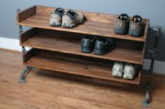 Handmade Reclaimed Wood Shoe Stand with Pipe Stand por ReformedWood