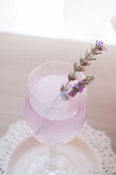 Lavender Lemonade http://suvellecouisine.blogspot.pt/2013/08/limonada-de-lavanda-e-o-aproximar-de.html