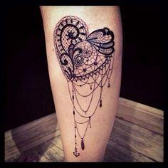 un tatouage dentelle sur le mollet