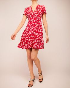 The classic 50's dress is a must have shape in our collections. It has a V-neck, goes in at the waist and has volume in the skirt. It fits any shape or form. Quality: 100% Viscose Crepe Print: Red Straws