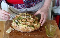 Recette - Pain apéro à effeuiller pesto et Cantal en pas à pas Pesto, Bagel, Baked Potato, Potatoes, Bread, Baking, Ethnic Recipes, Stuffed Italian Bread, Recipes