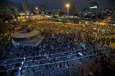 Protesto em São Paulo reúne 30 mil pessoas, diz PM - http://revistaepoca.globo.com//Sociedade/noticia/2013/06/protesto-em-sao-paulo-reune-milhares-de-pessoas-no-centro-da-cidade.html (Foto: EFE/Sebastião Moreira)
