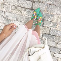Ballerines à pompons pastel Baskets, Dress And Heels, Put On, Love Fashion, Fashion Bloggers, Diy, Clothes, Shoes, Pom Poms