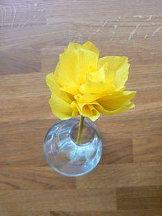 Kijk hoe een mooi resultaat je krijgt met een beetje crepepapier en een beetje knutsel geduld. Een super mooie bloem van crepepapier.