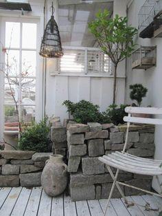 terrassendeck aus holz mit wei em balkongel nder aus hartholz garten in 2018 pinterest. Black Bedroom Furniture Sets. Home Design Ideas