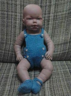 Voy a enseñaros de una manera rápida y fácil de hacerle un pelele al nenuco…o cualquier muñeco de la talla del nenuco. Yo la hice con ... Knitted Baby Clothes, Homemade Toys, Baby Born, Doll Patterns, Baby Knitting, Baby Dolls, Doll Clothes, Zara, Sewing