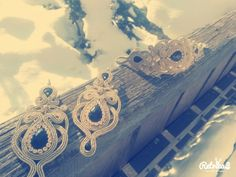 Gold earring with armlet