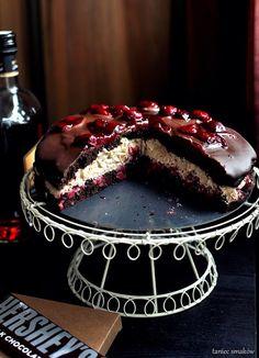 Taniec Smaków: Tort czekoladowy z wiśniami i bananowym kremem z tahini