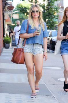Hilary Duff's Casual Updo Hairstyle - Celebrities Female Hilary Duff Bikini, Hilary Duff Legs, Hilary Duff Style, Casual Hair Updos, Vicky Justice, Estilo Fashion, Sexy Shorts, Celebs, Celebrities