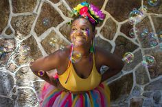 Ah, e para quem amou os acessórios carnavalescos bafônicos de cabeça usados no ensaio da @deliraecarnaval é só falar com a @xulianac, essa lindeza da foto. Ela é a responsável por essas maravilhosidades!! ❤❤ . . . . #carnaval #fantasia #errejota #rioetc #carnaval2017 #photography #cidademaravilhosa #streetstyle