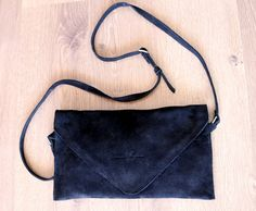 Bolso de piel negro pequeño cruzado por ElviraMaynou en Etsy
