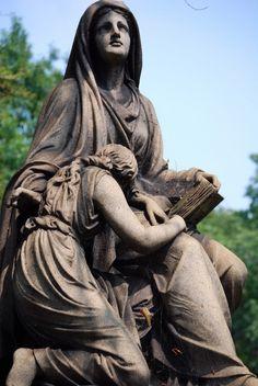 Fotógrafo registra as Impressionantes e sombrias estatuas em cemitérios  
