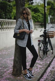 Full black outfit with a checked blazer and black sneakers. Relaxed and chic wo… Full black outfit with a checked blazer and black sneakers. Relaxed and chic work outfit Relaxed Chic – all blackThe Best Designer Work Chic Work Outfits to W Moda Outfits, Winter Outfits, Spring Outfits, Stylish Work Outfits, Casual Outfits, Casual Shoes, Casual Chic, Toddler Sneakers Girl, Toddler Shoes