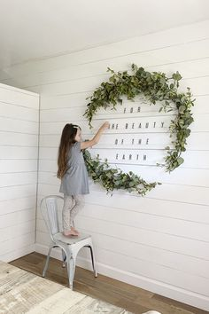 Diy wall decor 561753753520356673 - How To Make An Oversized Letter Board Wall + DIY Giant Holiday Wreath Source by justmeasuringup Diy Letter Board, Diy Letters, Giant Letters, Diy Wand, Mur Diy, Diy Flooring, Holiday Wreaths, Mesh Wreaths, Farmhouse Decor
