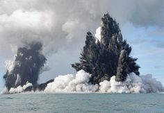 Filmed back in this incredible footage shows an underwater volcano erupting within the Tonga Archipelago in the South Pacific Ocean. According to an AFP report in March The volcano, on … All Nature, Science And Nature, Amazing Nature, Natural Phenomena, Natural Disasters, Volcan Eruption, Fuerza Natural, Erupting Volcano, Lava Flow