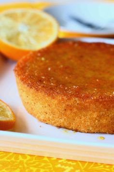 Pääsiäisen keltaista tarjottavaa.. Törmäsin Jauhoton Taikina -blogissa mielenkiintoiseen kakkuun, jossa appelsiinit käytettiin kuorineen. Vähä… Fodmap, Cakes And More, No Bake Cake, Cornbread, Low Carb Recipes, Healthy Life, Deserts, Food And Drink, Gluten Free
