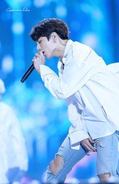 I love the passion way how he sings❤😍 Foto Jungkook, Foto Bts, Jungkook Oppa, Kim Namjoon, Yoongi, Bts Photo, Bts Bangtan Boy, Jungkook 2017, Jung Hoseok