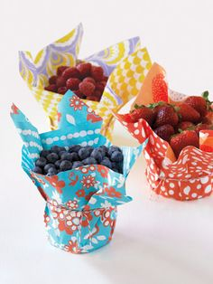 Easy way to dress up your plasticware when dining al fresco: wrap your containers in colorful paper and secure with a rubber band. Diy And Crafts, Fun Crafts, Paper Crafts, Plastic Containers, Plastic Cups, Party Entertainment, Party Planning, Party Time, Party Favors