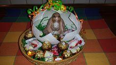 Das ganze habe ich nun in ein Körbchen mit Ostergras gesetzt und mit den Ferreroprodukten dekoriert. Leider hält die Deko nicht lange, ich muss ständig nachlegen :-)